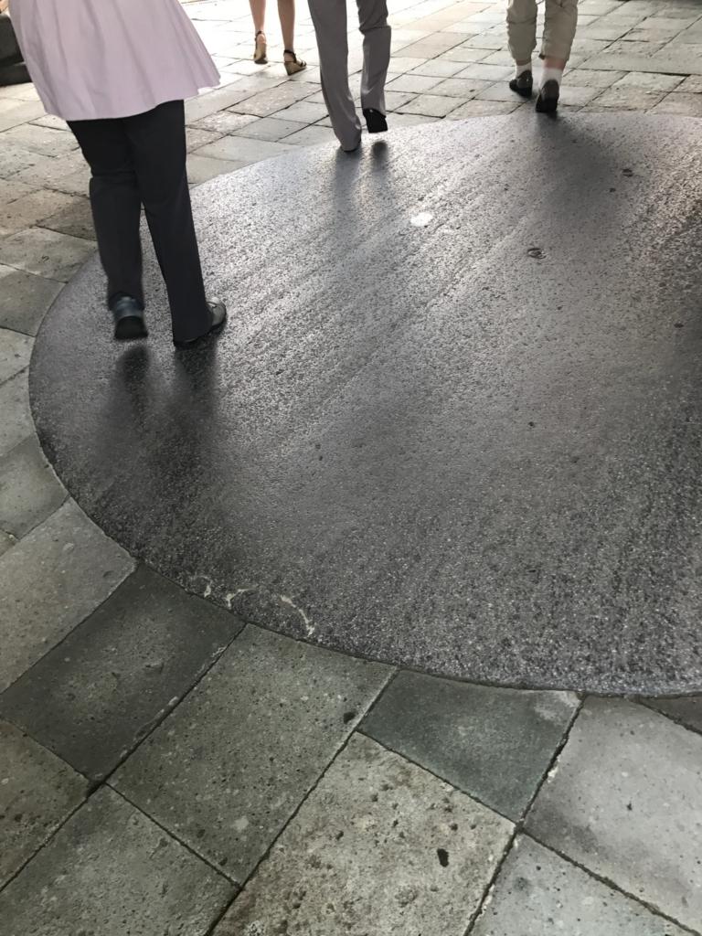 金沢「尾山神社」 神門 床には円
