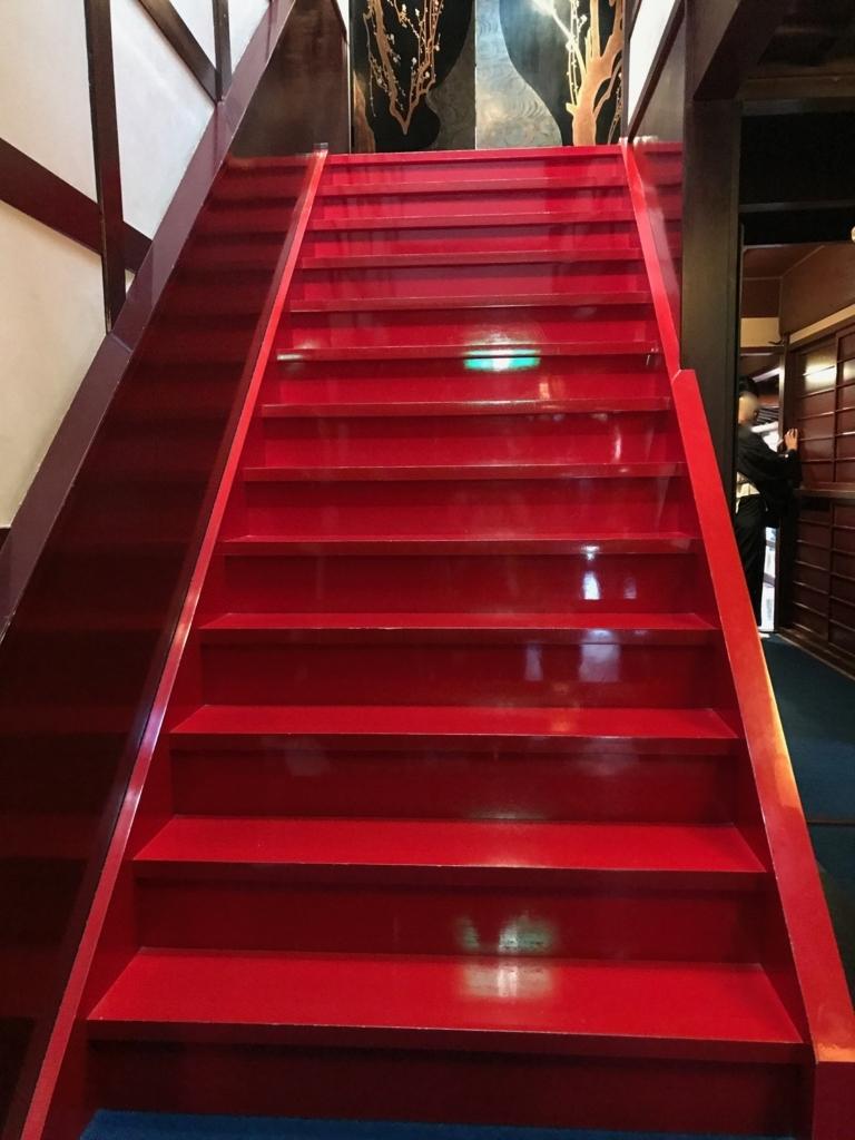 金沢 ひがし茶屋街 「懐華楼」 朱塗りの階段