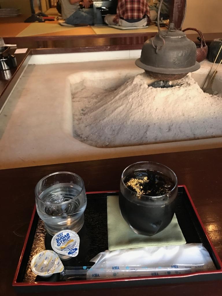 金沢 ひがし茶屋街 「懐華楼」 懐華楼カフェ 「いろり」にて「金箔アイスコーヒー」注文