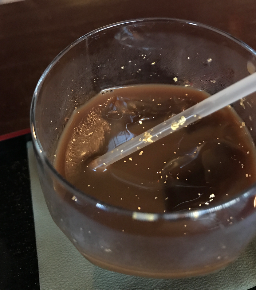 金沢 ひがし茶屋街 「懐華楼」 懐華楼カフェ 「金箔アイスコーヒー」ストローに付着...