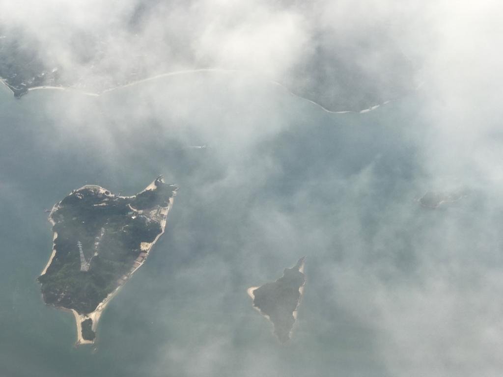 羽田ー岩国  ANA631便 空からの風景 うさぎ島(大久野島)、そばに小久野島