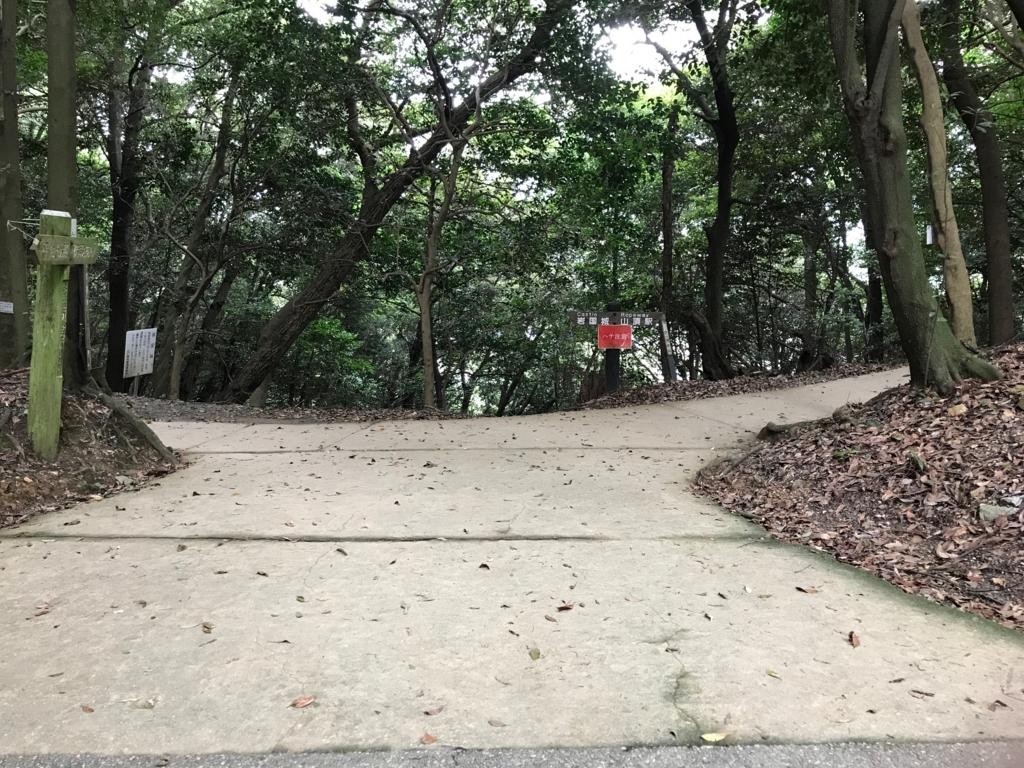 山口県 岩国 岩国城への 広い道と山道との交差点