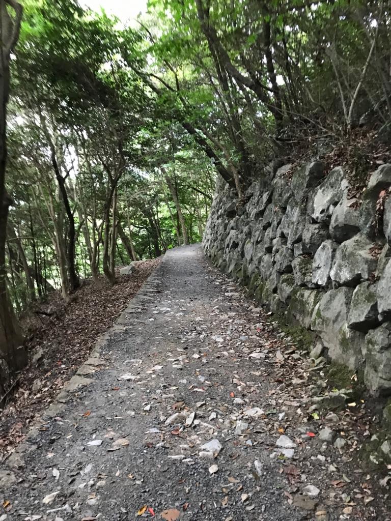 山口県 岩国城への山道 左側が急斜