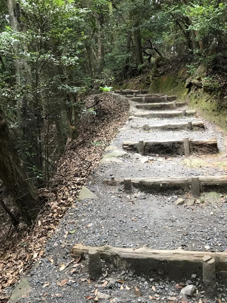 山口県 岩国城への山道 山頂駅付近 左側さらに急斜面に