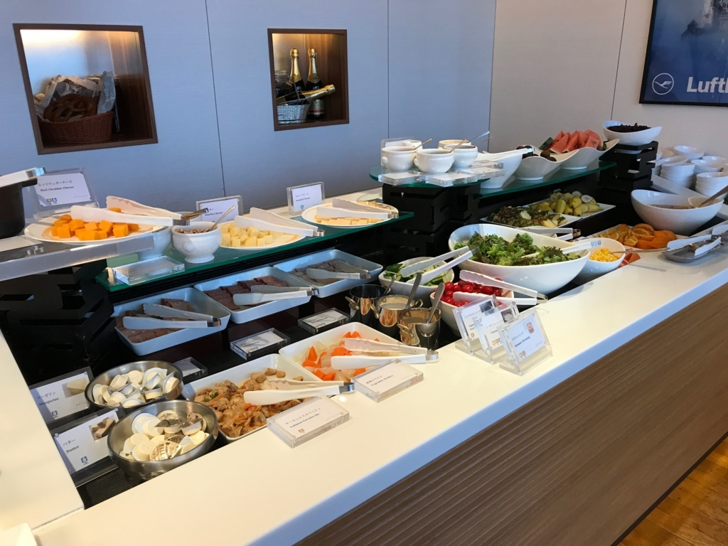 「シェラトングランドホテル広島」Lobby階ブリッジ 朝食ビュッフェ サラダ、チーズ、果物
