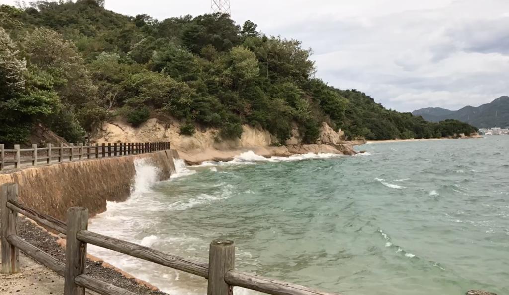 広島県 うさぎ島(大久野島)台風18号午後接近 早朝の発電所近くの海