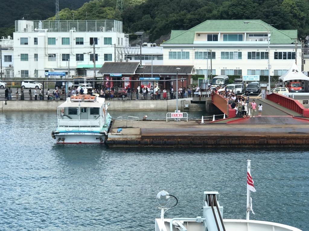 広島県 うさぎ島(大久野島)から忠海港到着 うさぎ島へのお客さんの行列