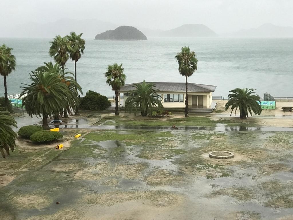 広島県 うさぎ島(大久野島)台風18号午後接近中 休暇村広場 水浸し