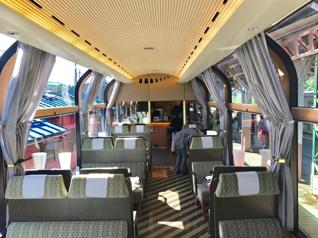 えちごトキめき鉄道 「雪月花」2号車 テーブル席