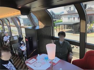えちごトキめき鉄道 「雪月花」2号車 ハイデッキ席 下から天井まである窓