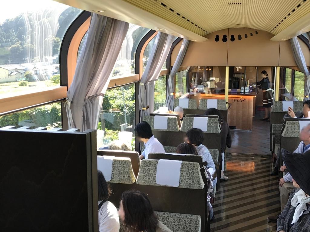 えちごトキめき鉄道 「雪月花」2号車 ハイデッキ席あからテーブル席