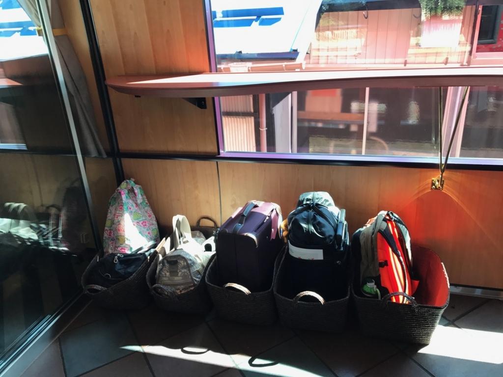 えちごトキめき鉄道 「雪月花」さくらラウンジ前の空間に 荷物を置かせてもらう