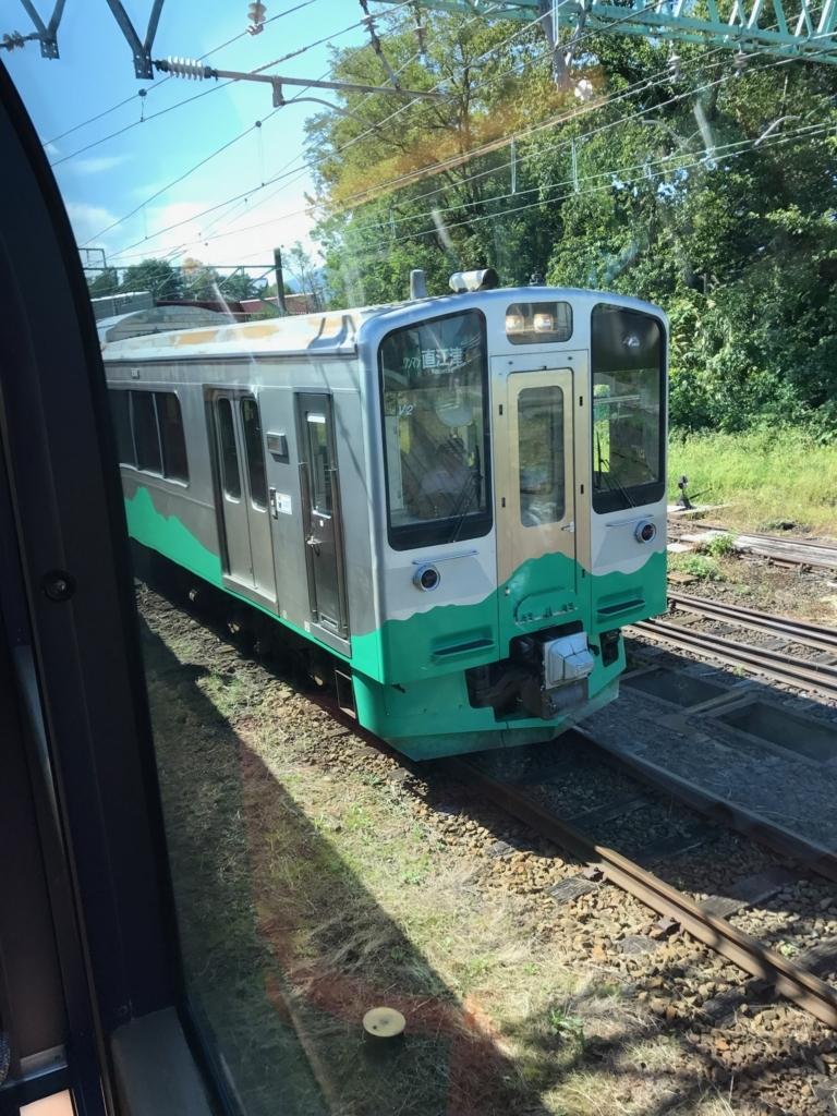 えちごトキめき鉄道「雪月花」二本木駅 到着 隣に各駅停車列車