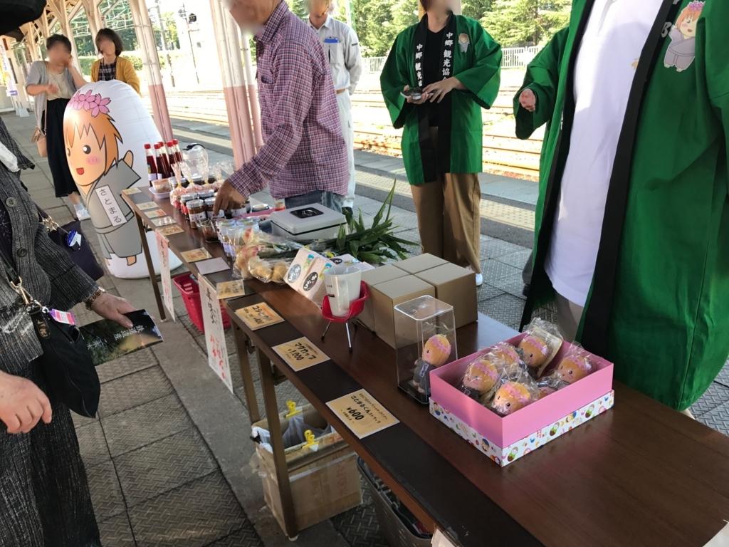 えちごトキめき鉄道「雪月花」二本木駅  ホームに臨時ショップ