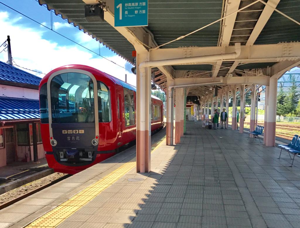 えちごトキめき鉄道「雪月花」二本木駅停車中