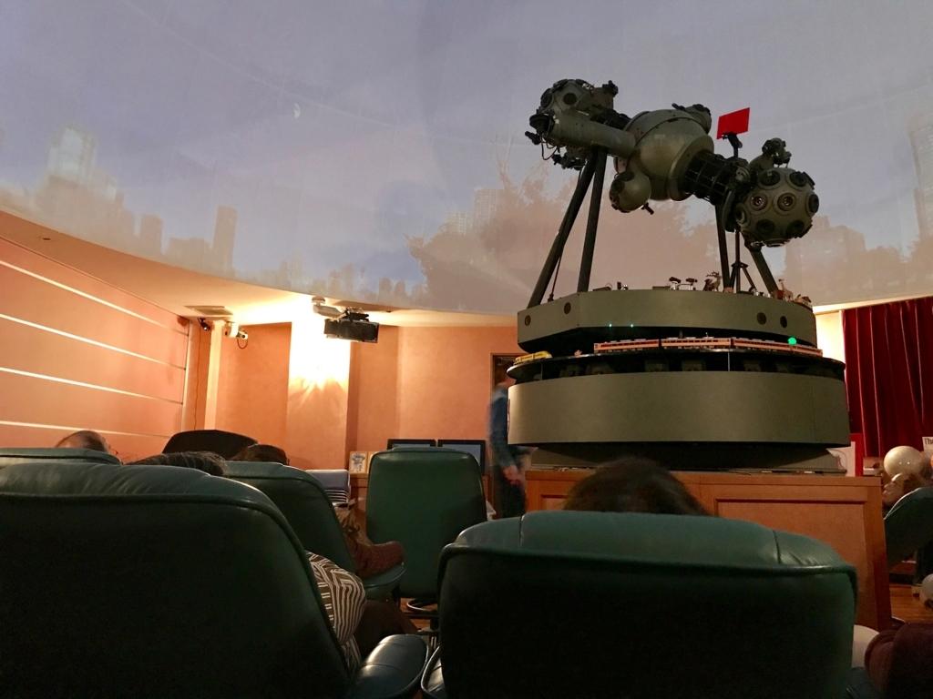 葛飾区 證願寺 「プラネターリウム銀河座」 投影室 椅子の配置は横に並んで
