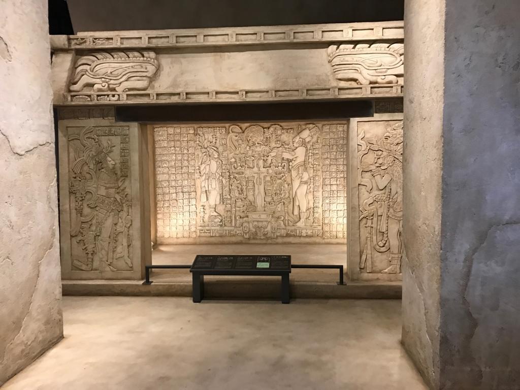 墨田区「たばこと塩の博物館」 3階タバコフロアエントランス パレンケ遺跡のレリーフ