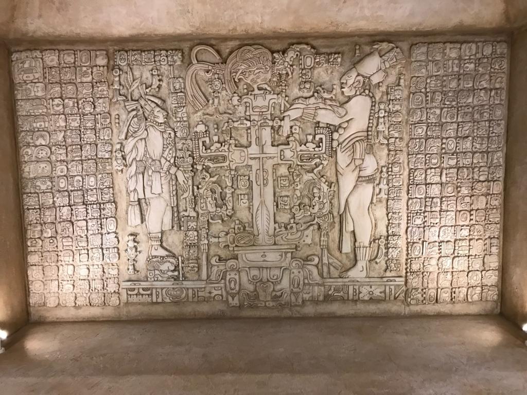 f墨田区「たばこと塩の博物館」 3階タバコフロアエントランス パレンケ遺跡のレリーフ 拡大