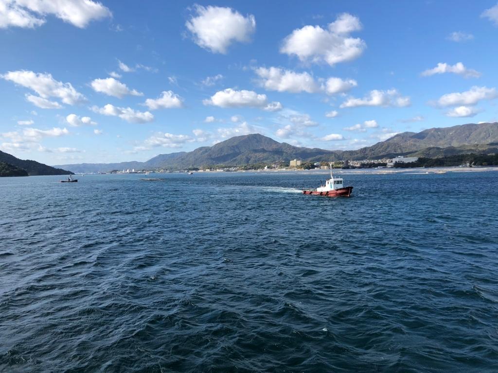 瀬戸内海 牡蠣棚を引くき漁船 JR西日本 宮島フェリーより