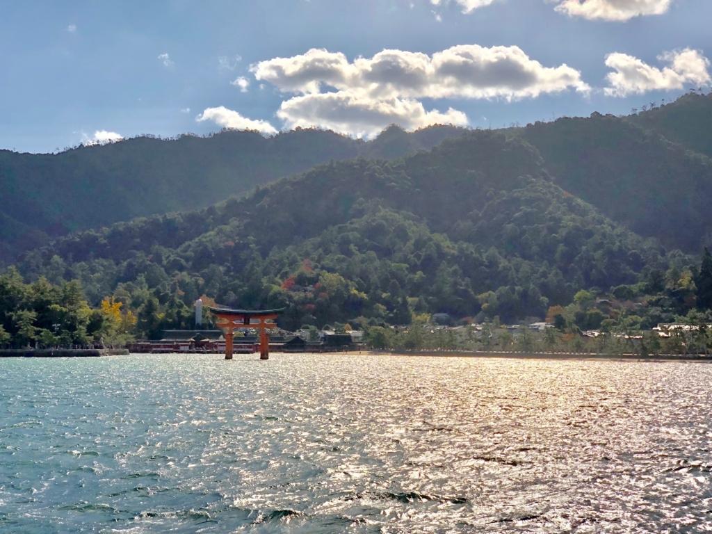 広島県 厳島神社と大鳥居 背景は少し紅葉 JR西日本げフェリーより