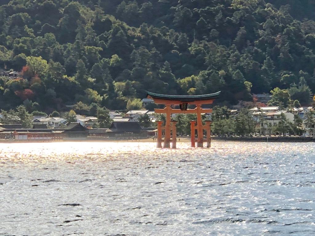 広島県 厳島神社と大鳥居 背景は少し厳島神社 JR西日本げフェリーより