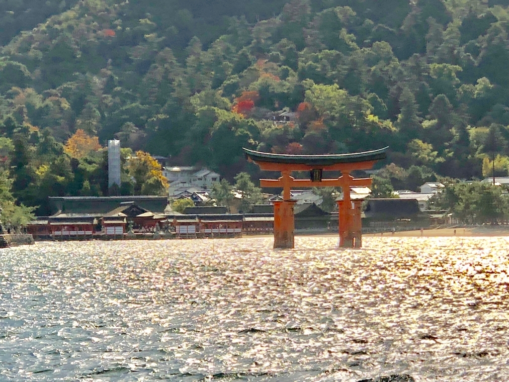 広島県 厳島神社と大鳥居 JR西日本げフェリーより