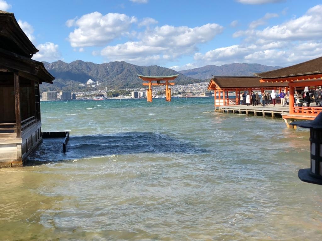 広島県 宮島 満潮 厳島神社 廻廊と能舞台の間から大鳥居