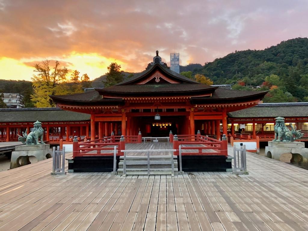 広島県宮島 厳島神社 早朝の本堂と高舞台