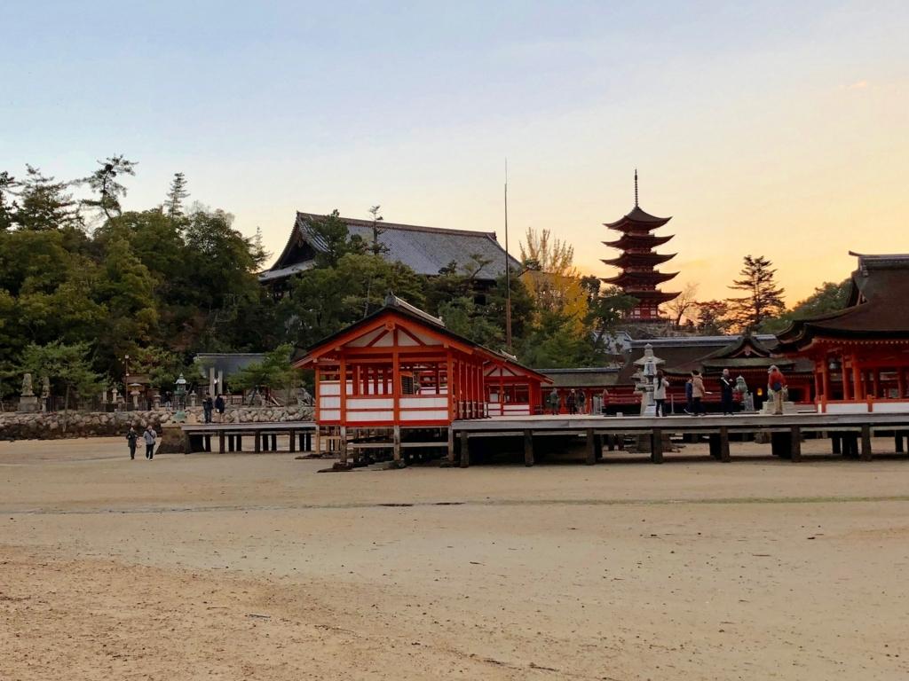 広島県宮島 厳島神社 干潮60cm 浜から撮影スポット 灯篭と桟橋