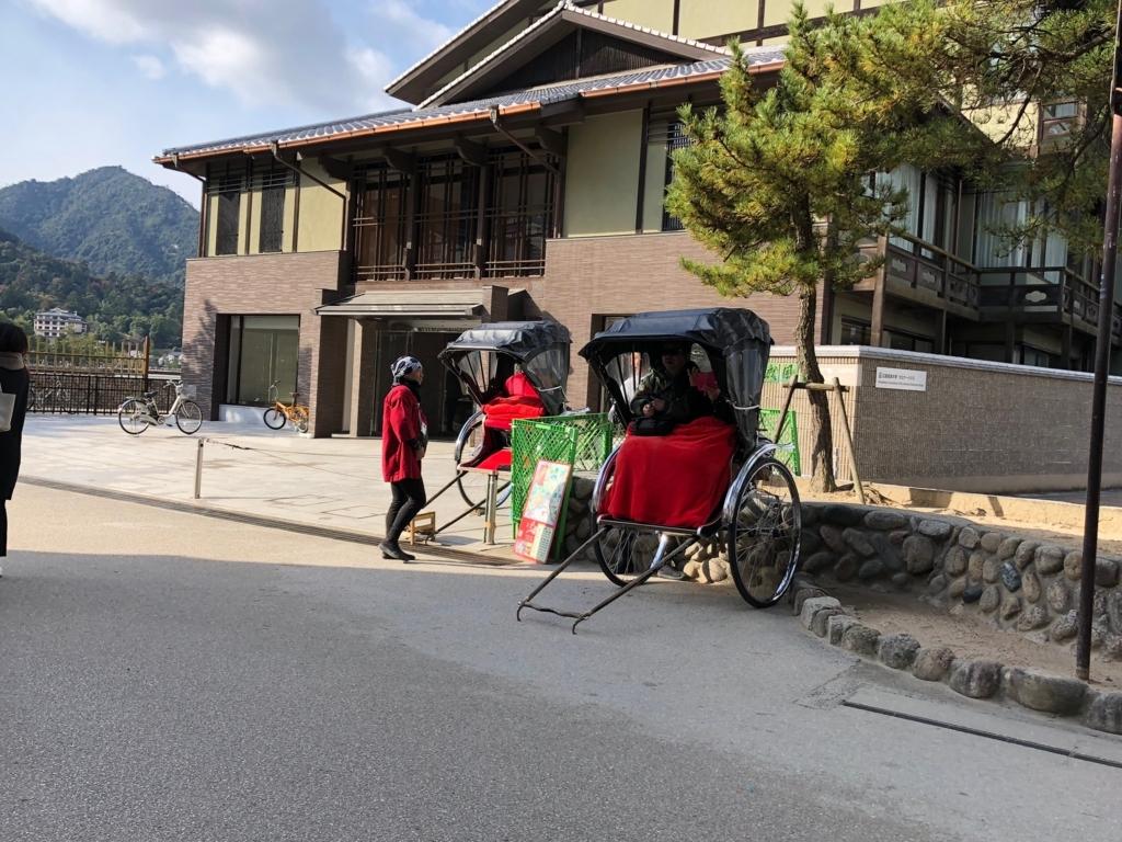 f広島県 宮島 商店街入り口 観光人力車