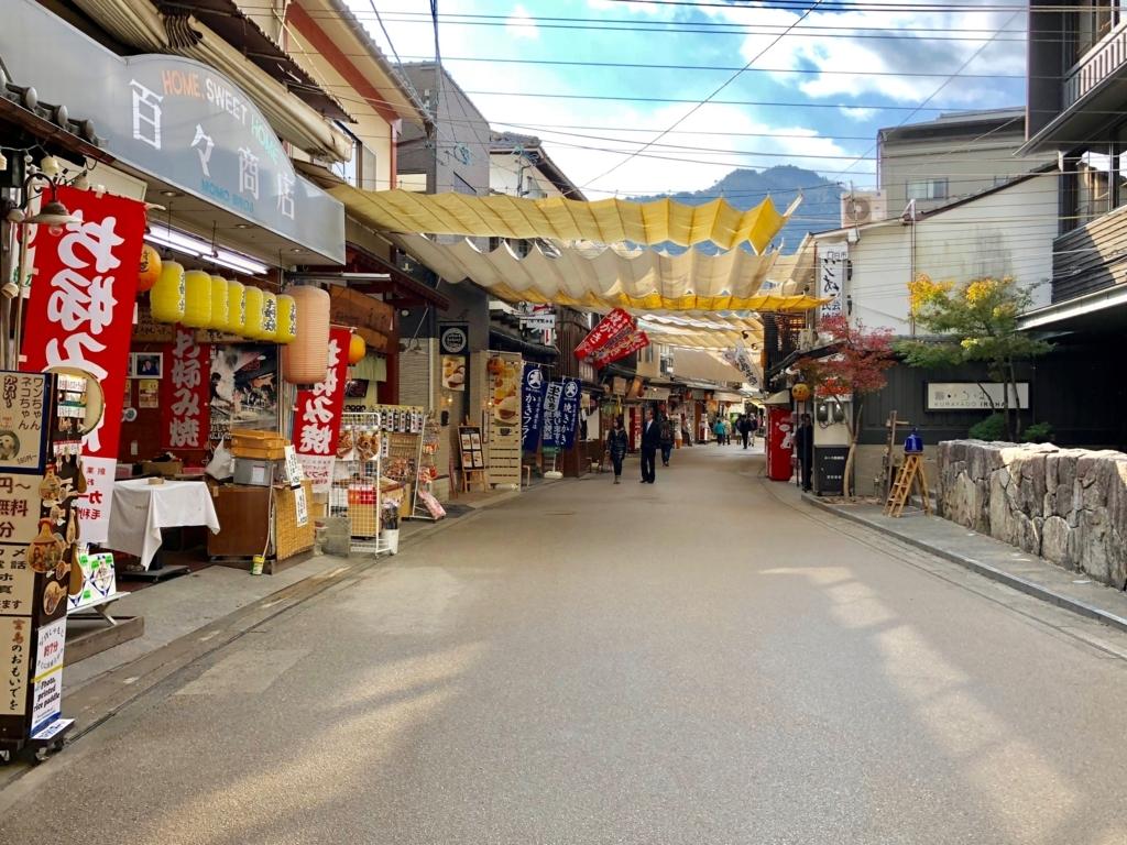 広島県 宮島 朝の商店街