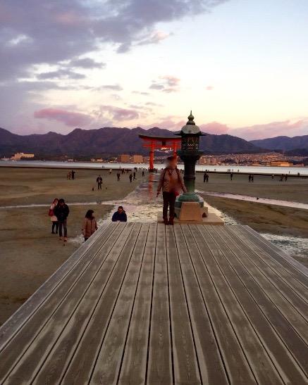 広島県宮島 厳島神社 干潮60cm 撮影スポットで記念撮影