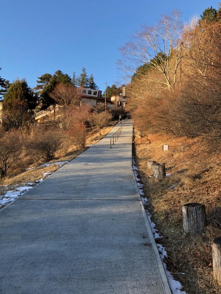 奥秩父 三峰神社 駐車場から神社へのゆるやかな登り道 width=