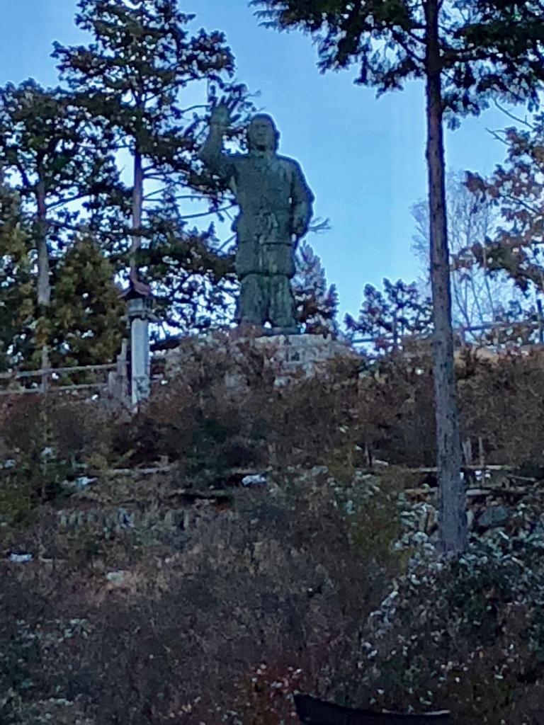 奥秩父 三峰神社 日本武尊銅像(やまとたけるのみこどうぞう) 麓から撮影