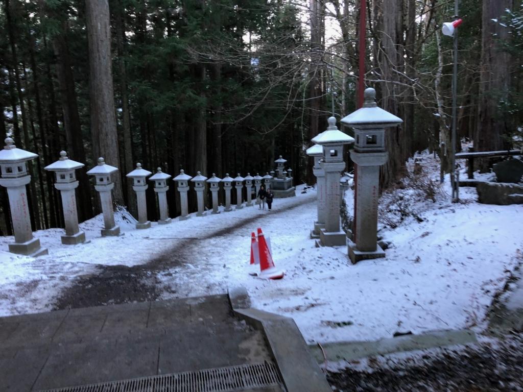 奥秩父 三峰神社 随身門から拝殿への道 雪でツルツル