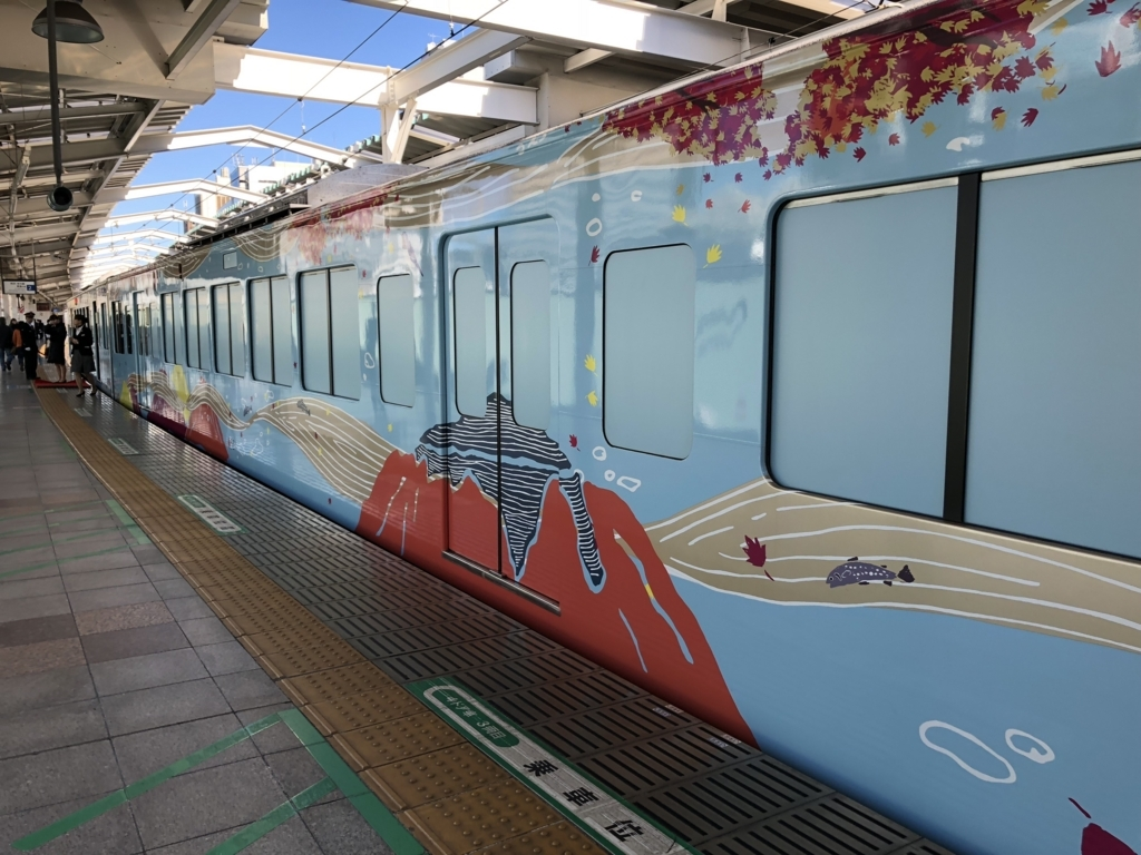 西武鉄道『西武 旅するレストラン「52席の至福」』3両目 車両外観「秋」