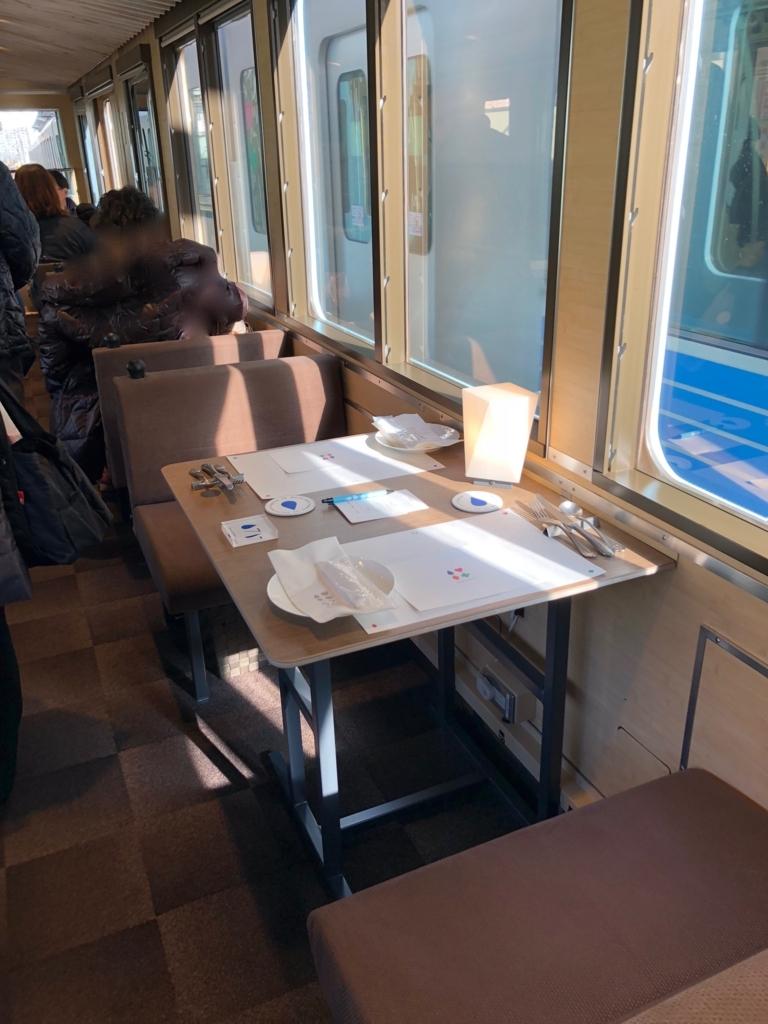 西武鉄道『西武 旅するレストラン「52席の至福」』客車 2人席