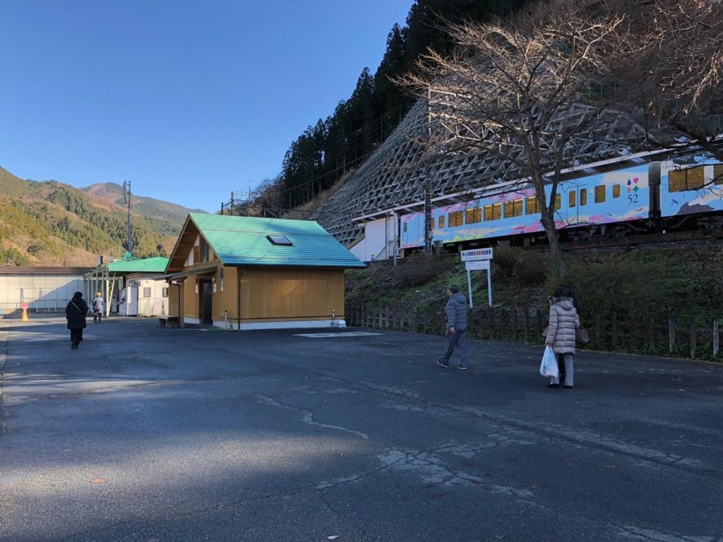 西武秩父線 芦ヶ久保駅 観光列車『西武 旅するレストラン「52席の至福」』停車中