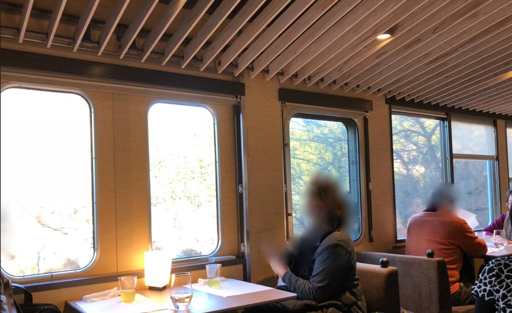 西武鉄道『西武 旅するレストラン「52席の至福」』客車 4両目 端テーブルの窓