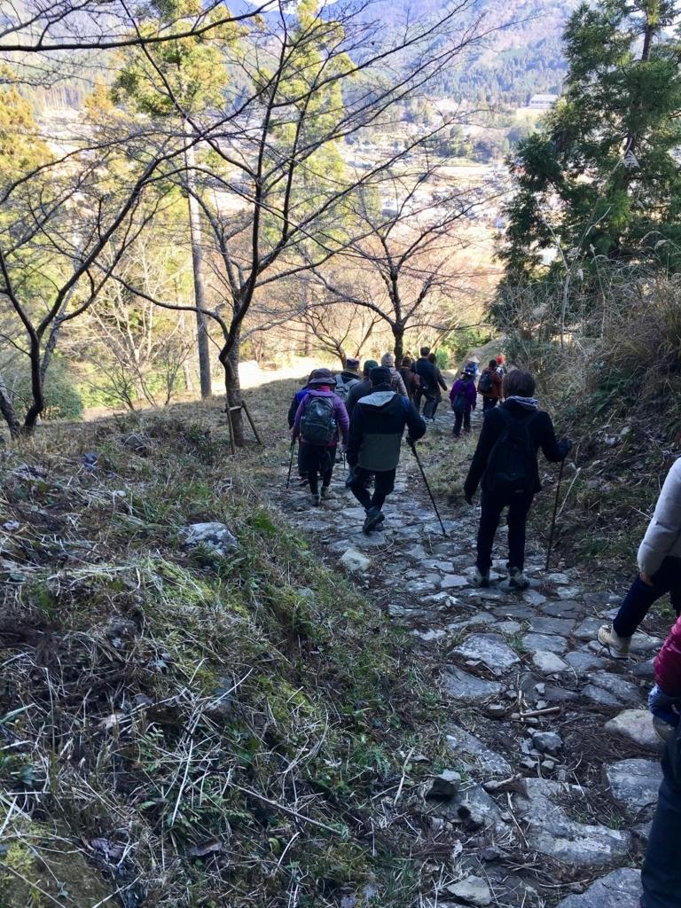 熊野古道 中辺路 石畳の はまっていない石に注意