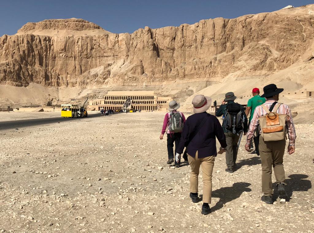 エジプト ルクソール 西岸観光 ハトシェプスト女王葬祭殿へ 「私たちは、好きで歩いているのです...」