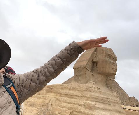 エジプト ギザの大スフィンクスをナデナデ