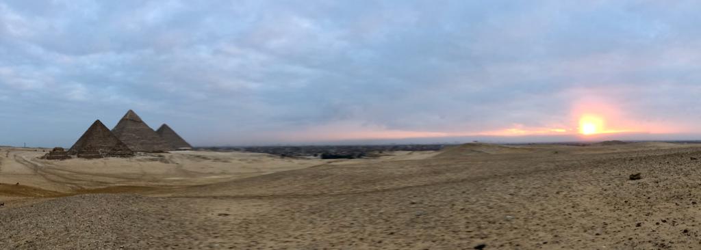 エジプト ギザ 三大 ピラミッド と 朝日