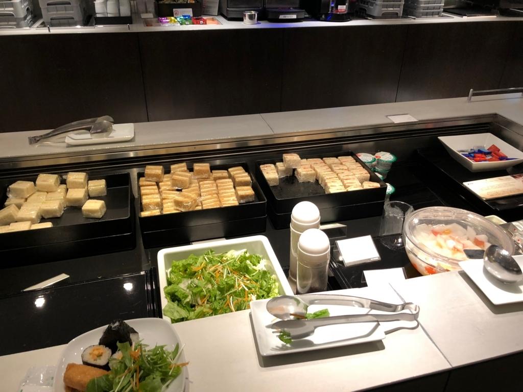 成田空港 国際線 第一ターミナル ANA ラウンジ サンドイッチ、サラダ、フルーツポンチ、チョコレート