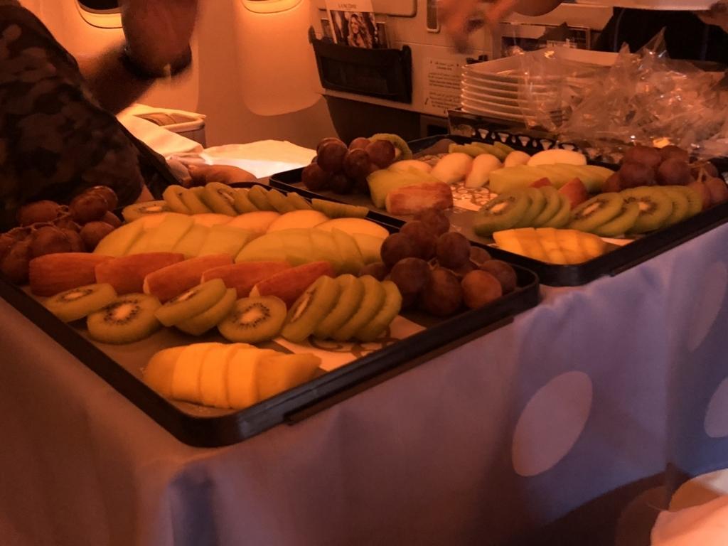 エジプト航空 MS965 ビジネスクラス 1回目の食事 フルーツワゴン