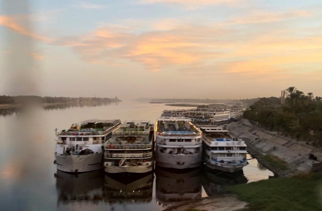 エジプト ルクソール ナイル川 連なって停泊する船