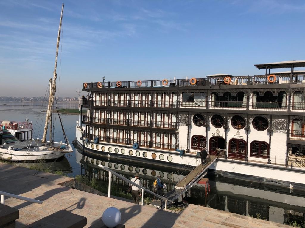 エジプト ルクソール ナイル川 2つ手前のクルーズ船
