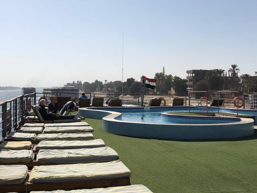 エジプト ナイル川クルーズ船 MS/PREMIUM 5階 展望デッキ プールから船首撮影