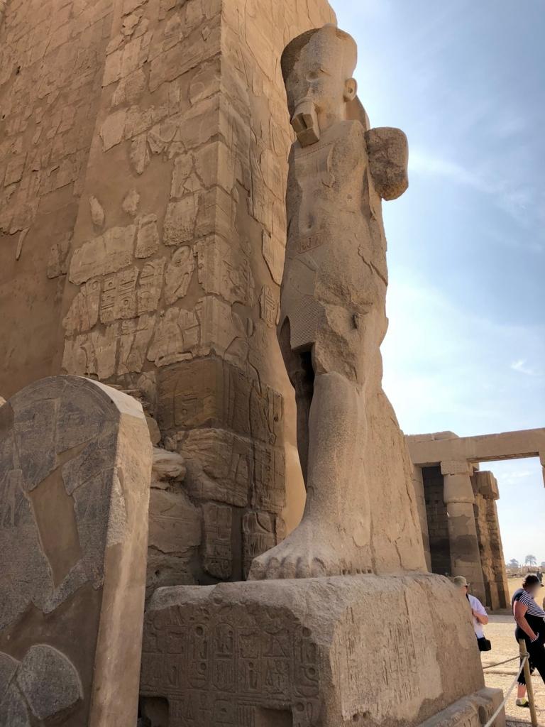 エジプト ルクソール カルナック神殿複合体 アメン神殿 の第二塔門 生者の像