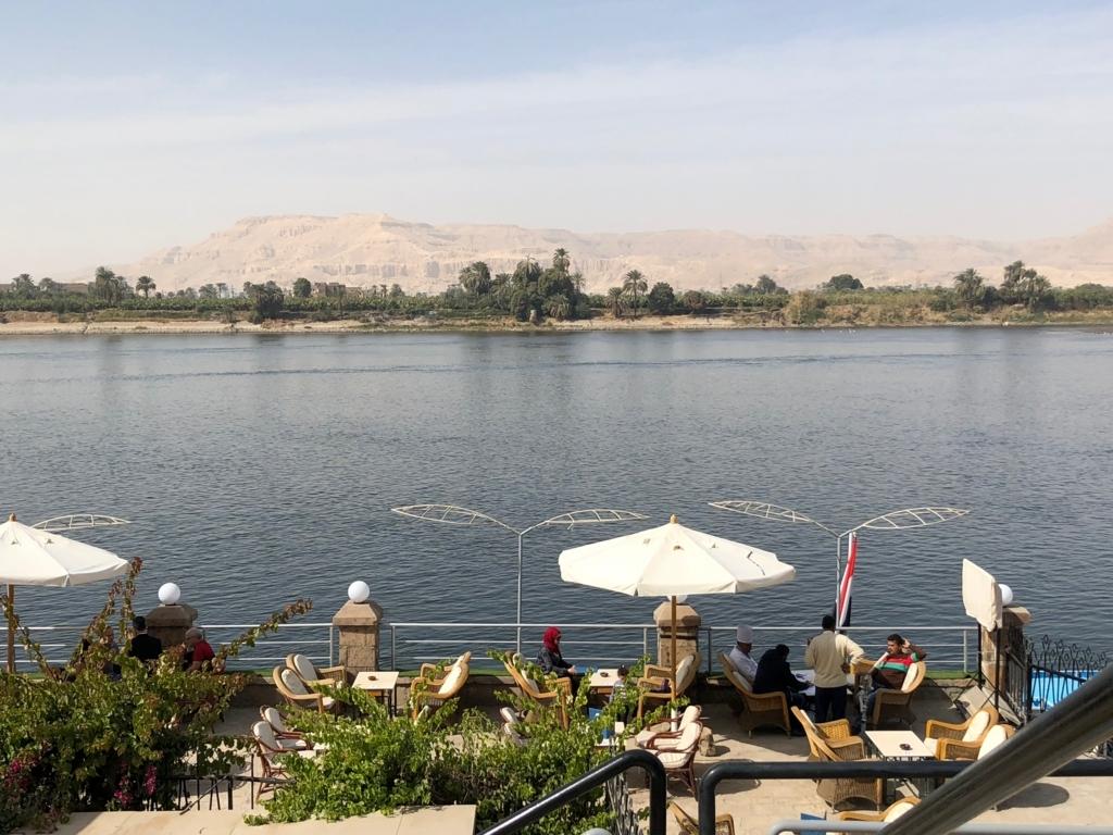 エジプト ルクソール ナイル川沿いウオーキング 向こうは西岸 王家の谷etc